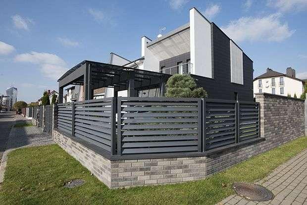 Забор с распашными воротами